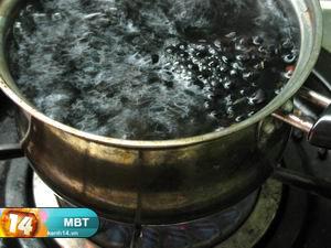 Bước 4:   - Cho đậu đen đã rang vào nồi rùi để nước sôi trở lại thì tắt bếp. Sau đó, ngâm đậu đen trong nước khoảng 10'.